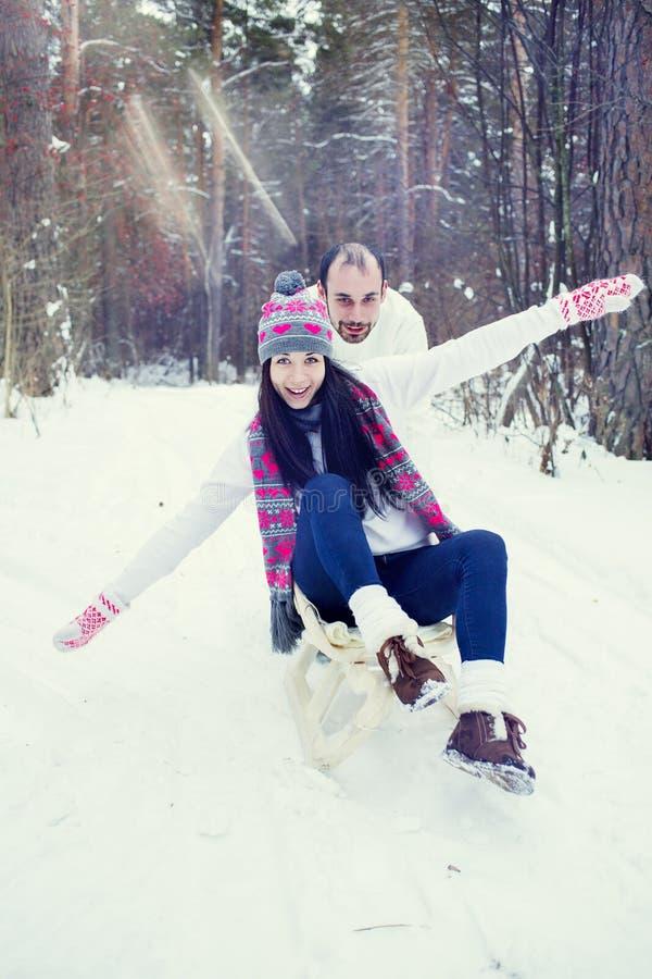 Coppie amorose nella foresta di inverno immagine stock libera da diritti