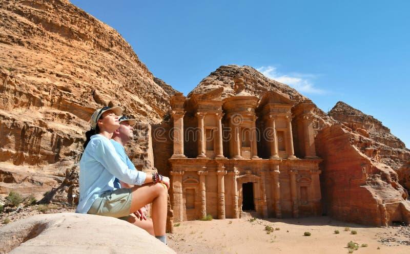 Coppie in annuncio Deir il tempio nel PETRA, Giordania del monastero immagini stock libere da diritti