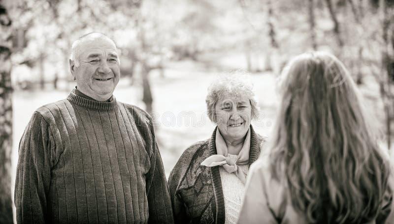 Coppie anziane e giovane badante immagini stock