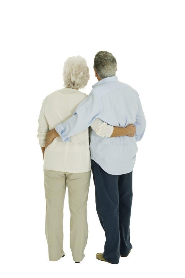 Coppie anziane felici abbracciate da dietro fotografia stock