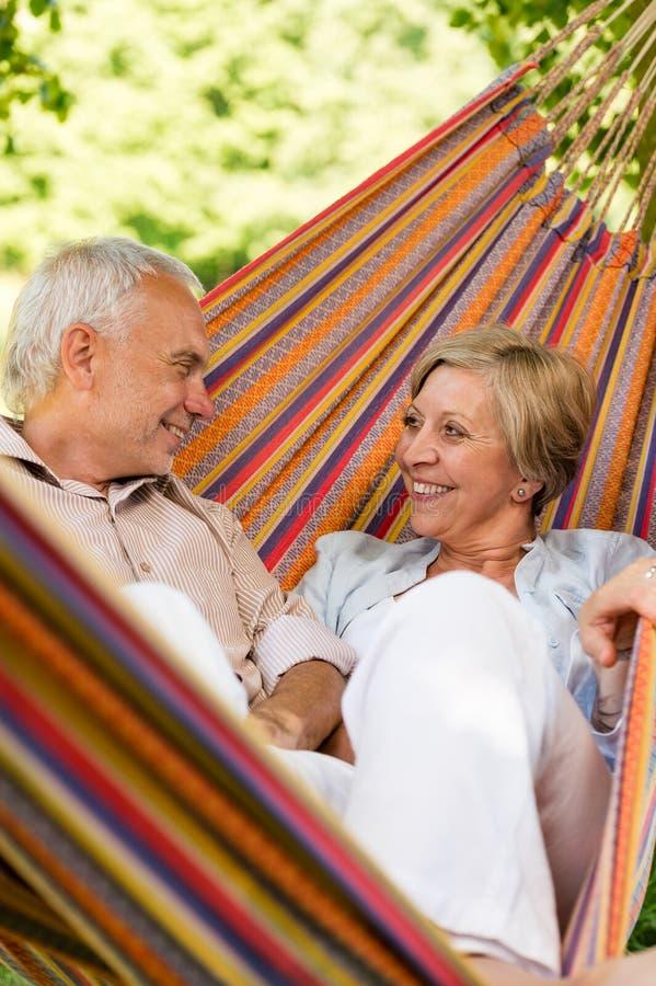 Coppie anziane felici in amaca immagine stock