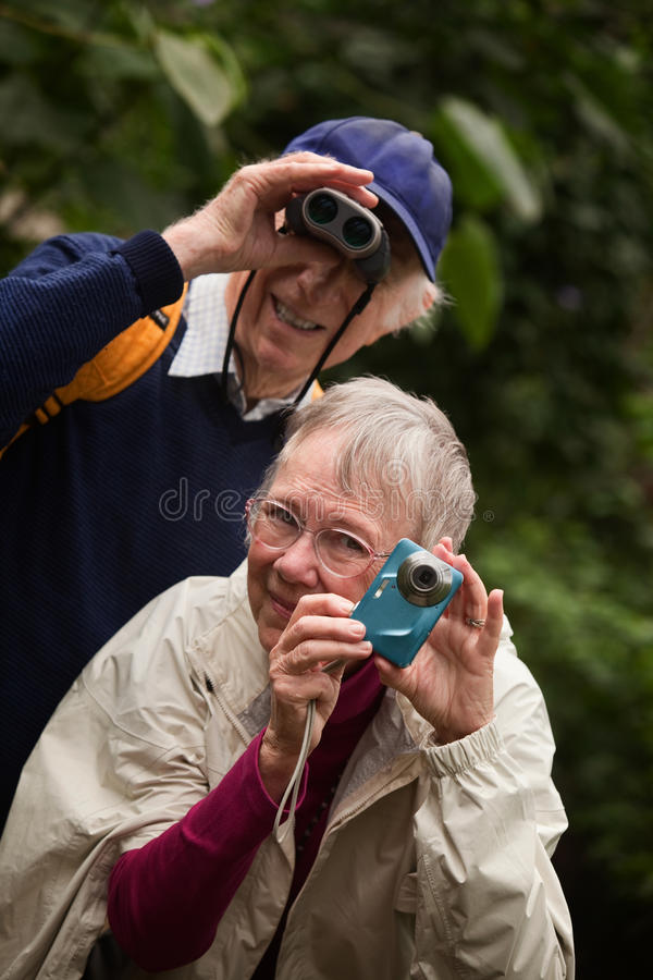 Coppie anziane in foresta immagine stock