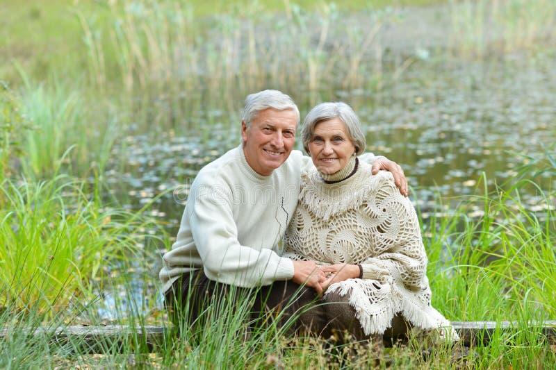 Coppie anziane in natura fotografia stock