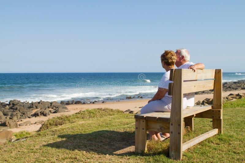 Coppie anziane sulla spiaggia fotografie stock