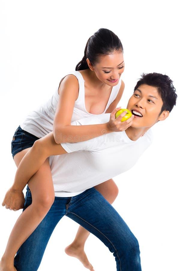 Coppie asiatiche che mangiano e che vivono sane immagini stock