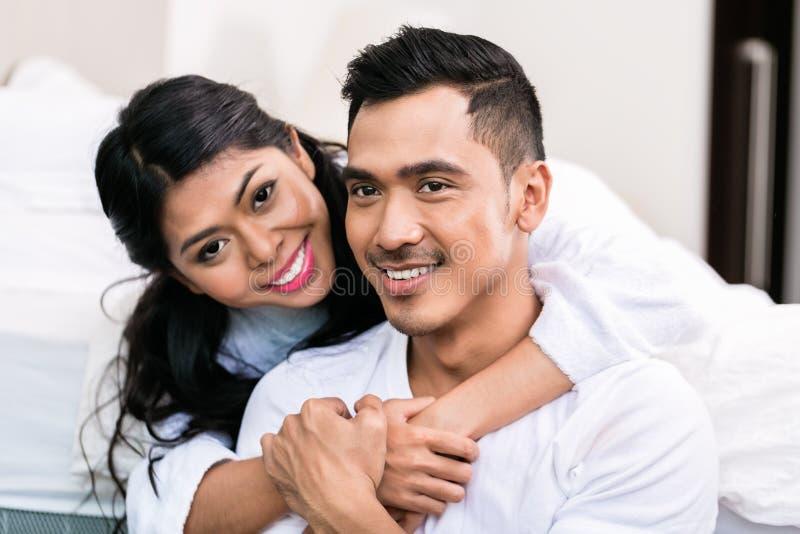 Coppie asiatiche che si abbracciano a letto immagine stock immagine di bathrobe menzogne - Giochi che si baciano a letto ...
