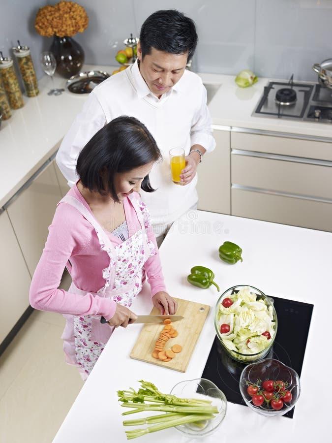 Coppie asiatiche in cucina fotografie stock libere da diritti