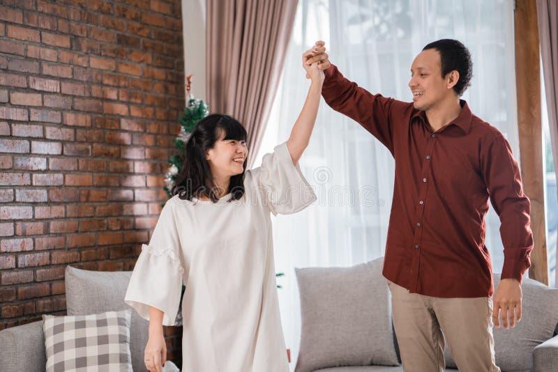 Coppie asiatiche felici che ballano insieme fotografia stock libera da diritti