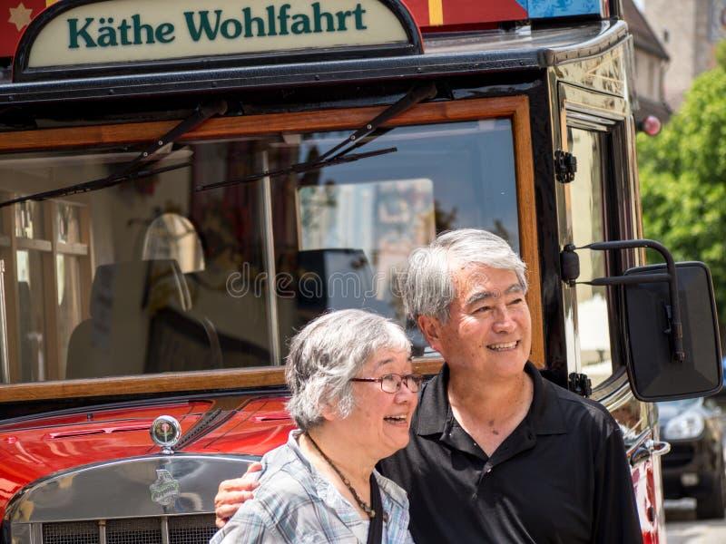 Coppie asiatiche felici sulla vacanza fotografia stock