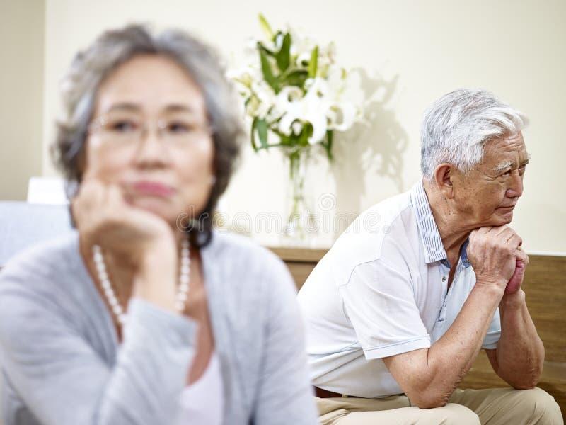 Coppie asiatiche senior che hanno problema di relazione immagine stock libera da diritti