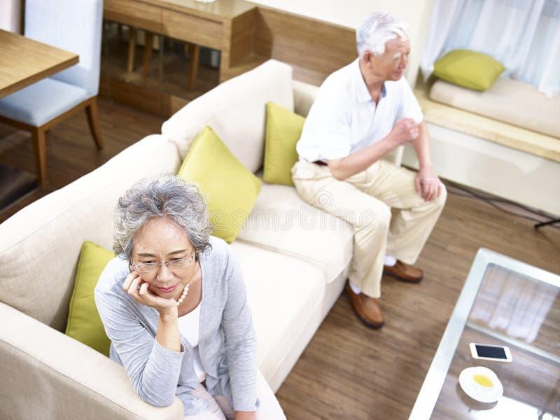 Coppie asiatiche senior che hanno problema di relazione immagine stock