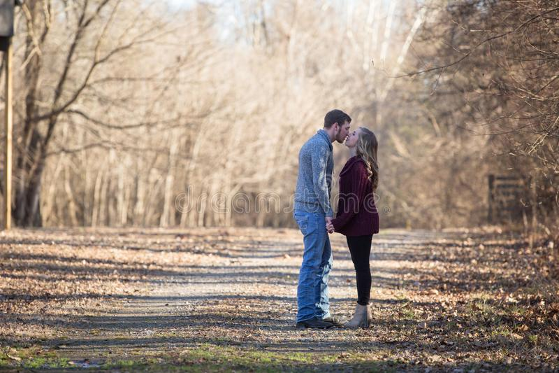Coppie attraenti che camminano forando le mani immagine stock