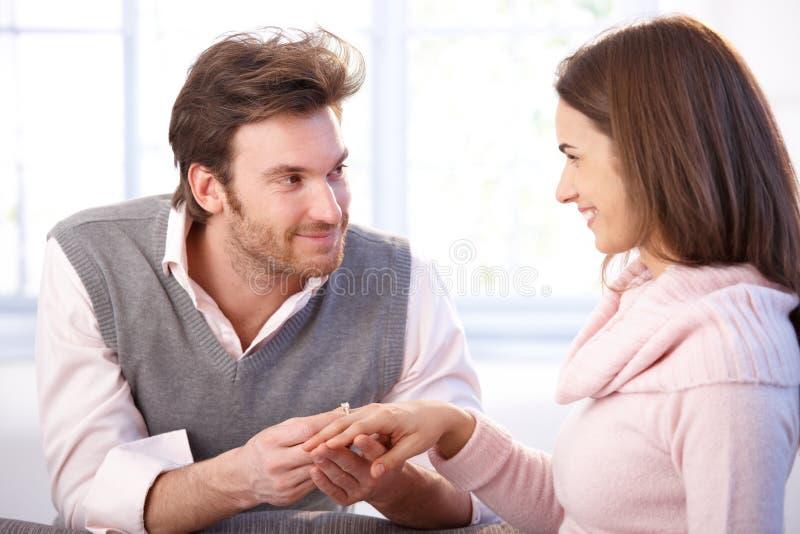Coppie attraenti che hanno sorridere di aggancio fotografie stock
