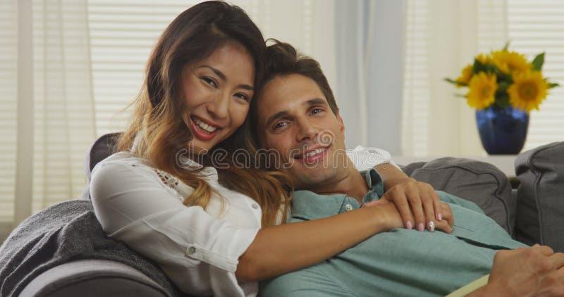 Coppie attraenti della corsa mista che sorridono alla macchina fotografica fotografie stock libere da diritti