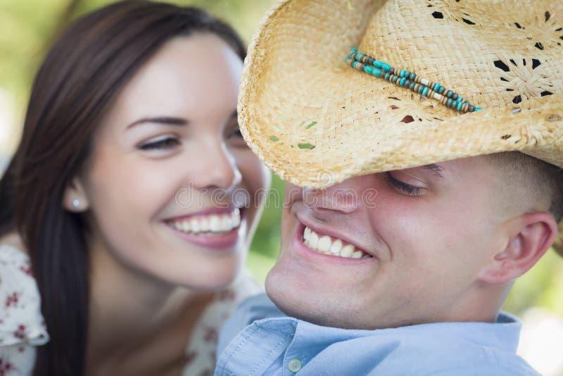 Coppie attraenti della corsa mista con il cowboy Hat Flirting fotografia stock