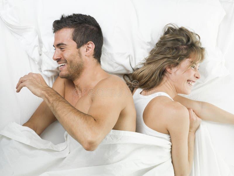 Coppie attraenti nell 39 amore che ride a letto immagine - Scene di amore a letto ...