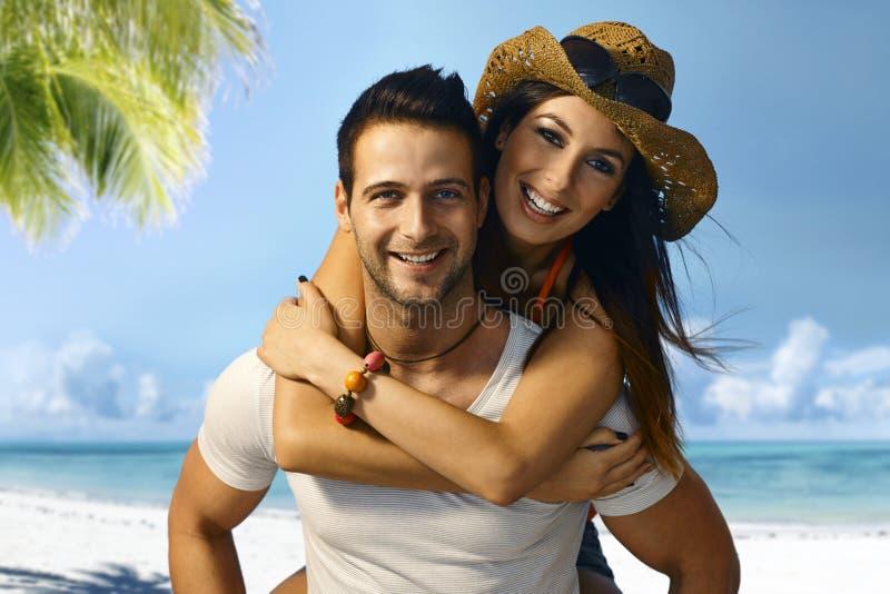 Coppie attraenti sulla spiaggia fotografie stock libere da diritti