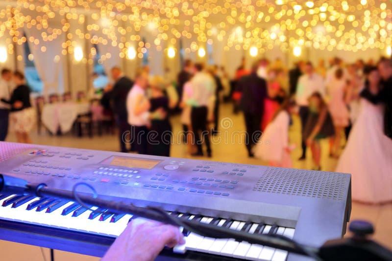 Coppie ballanti durante l'evento o il ricevimento nuziale del partito fotografie stock