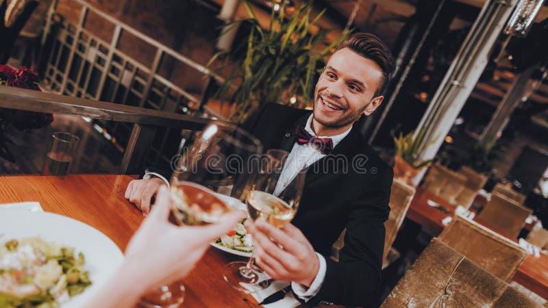 Coppie belle del giovane che datano nel ristorante immagini stock libere da diritti