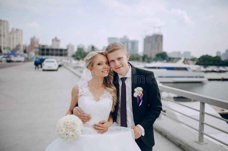 Coppie bionde di nozze fotografia stock