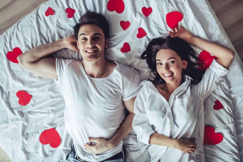 Coppie in camera da letto immagini stock libere da diritti