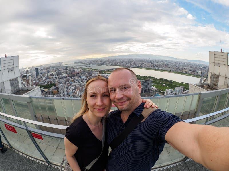 Coppie caucasiche davanti ad Osaka Skyline fotografia stock libera da diritti