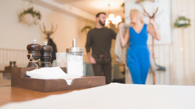 Coppie caucasiche felici che spendono tempo in caffè fotografia stock
