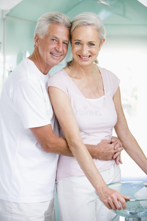 Coppie che abbracciano ad una stazione termale ed a sorridere immagine stock libera da diritti