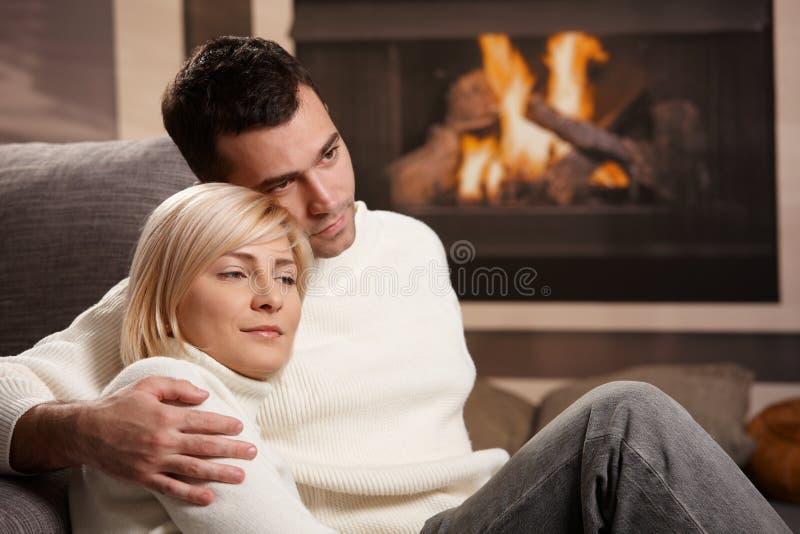 Coppie che abbracciano a casa immagini stock libere da diritti