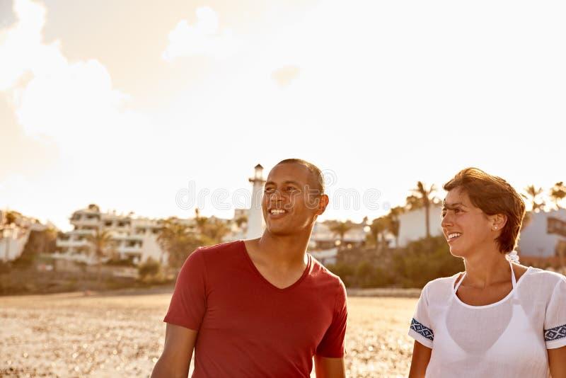 Coppie che amano la loro passeggiata sulla spiaggia immagine stock libera da diritti