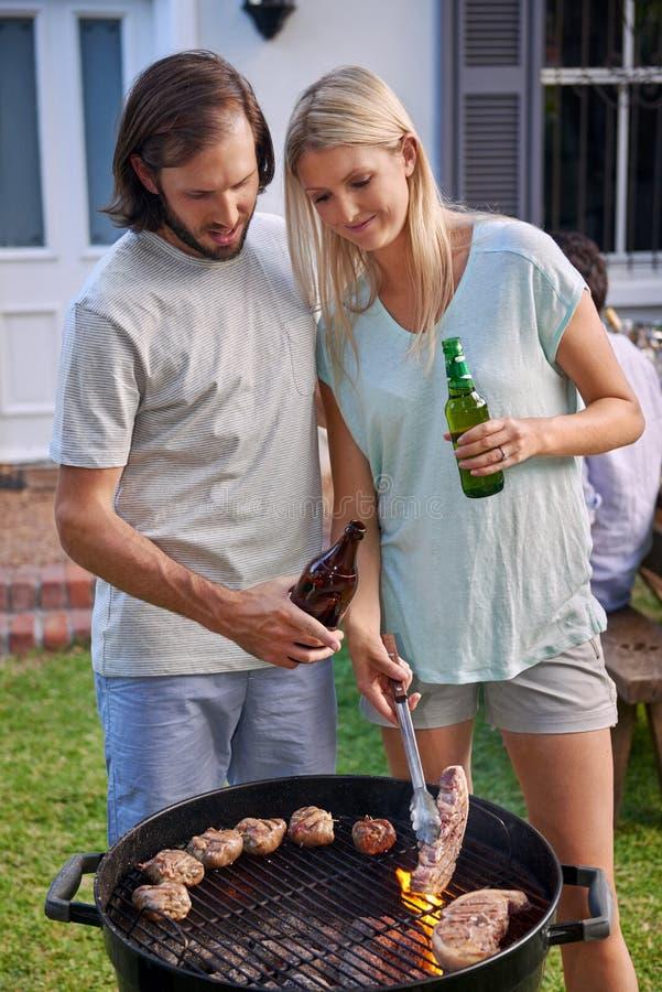 Coppie che arrostiscono col barbecue fotografia stock