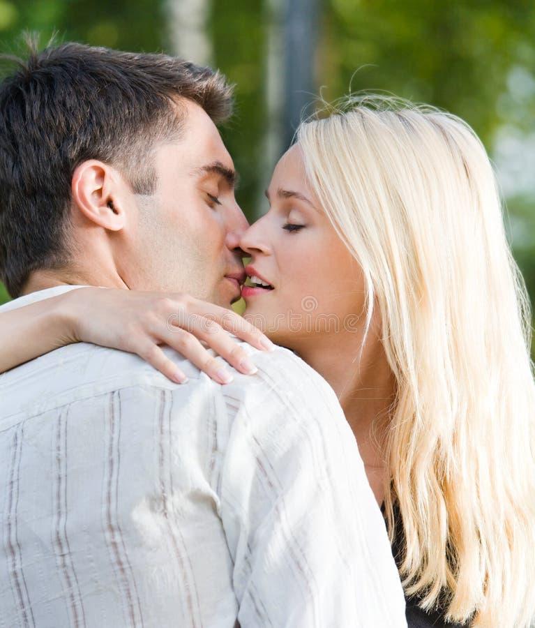 coppie che baciano all'aperto immagine stock