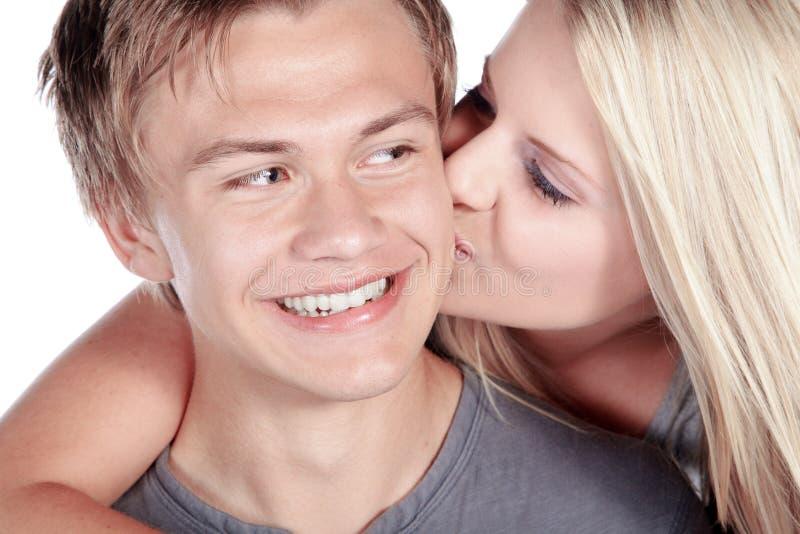 Coppie che baciano e che ridono fotografia stock libera da diritti
