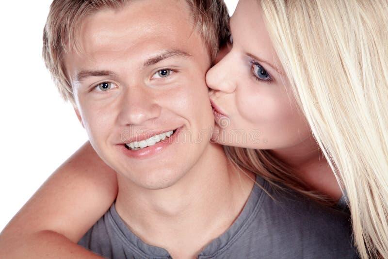 Coppie che baciano e che ridono fotografie stock