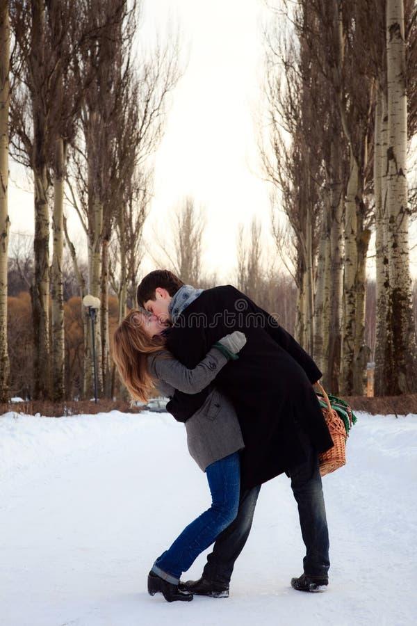 Coppie che baciano nel vicolo del pioppo