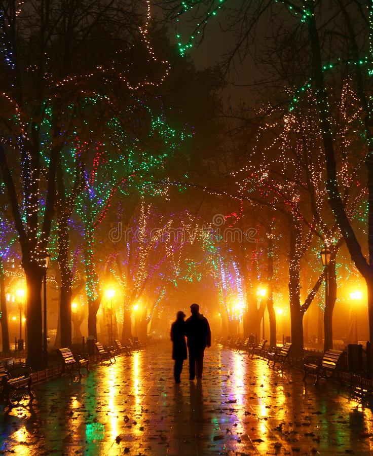 Coppie Che Camminano Al Vicolo Agli Indicatori Luminosi Di Notte Fotografia Stock