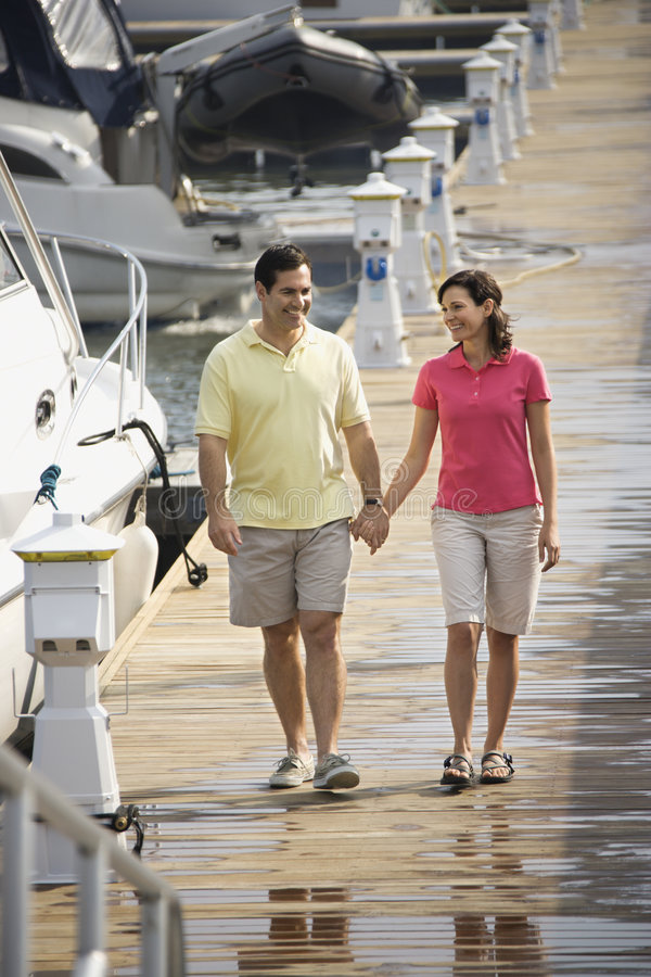 Coppie che camminano insieme. fotografia stock