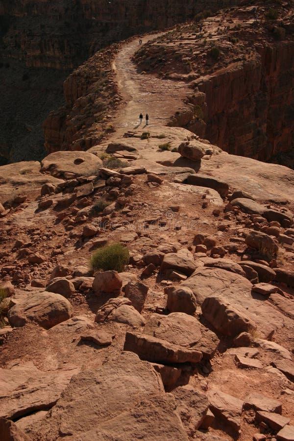 Coppie che camminano lungo il grande canyon immagini stock libere da diritti