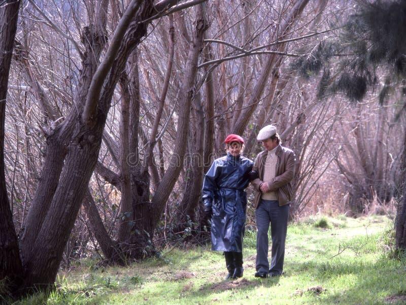 Coppie che camminano nella campagna fotografia stock libera da diritti