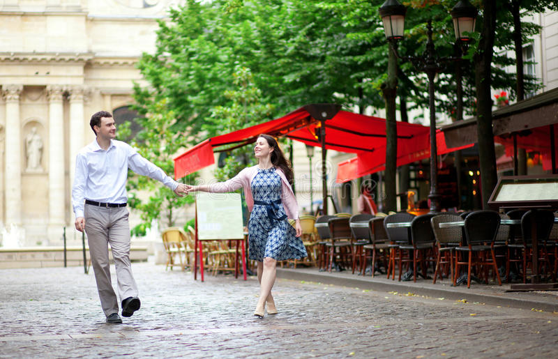 Coppie che camminano a Parigi immagini stock