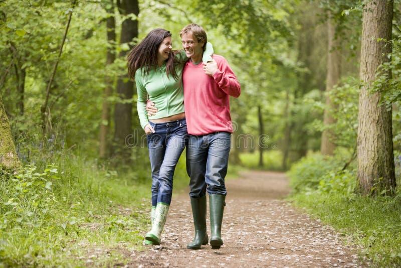 Coppie che camminano sul braccio del percorso in braccio immagine stock
