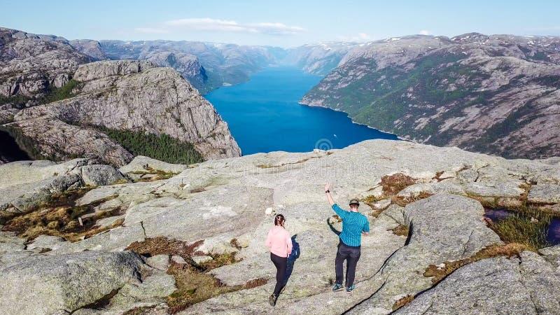 Coppie che camminano verso il fiordo fotografia stock libera da diritti