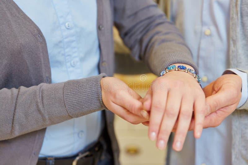 Coppie che cercano braccialetto fotografia stock libera da diritti