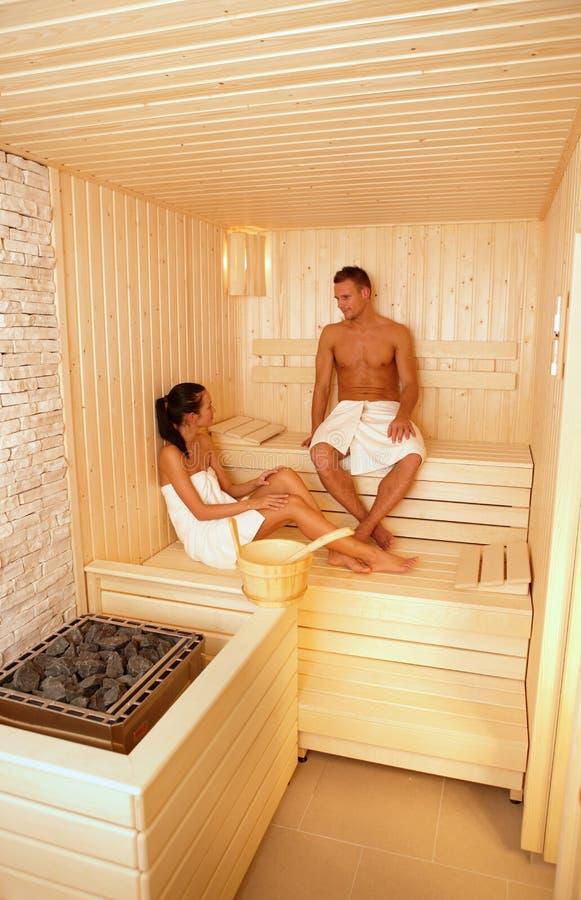 Coppie che comunicano nella sauna fotografia stock libera da diritti