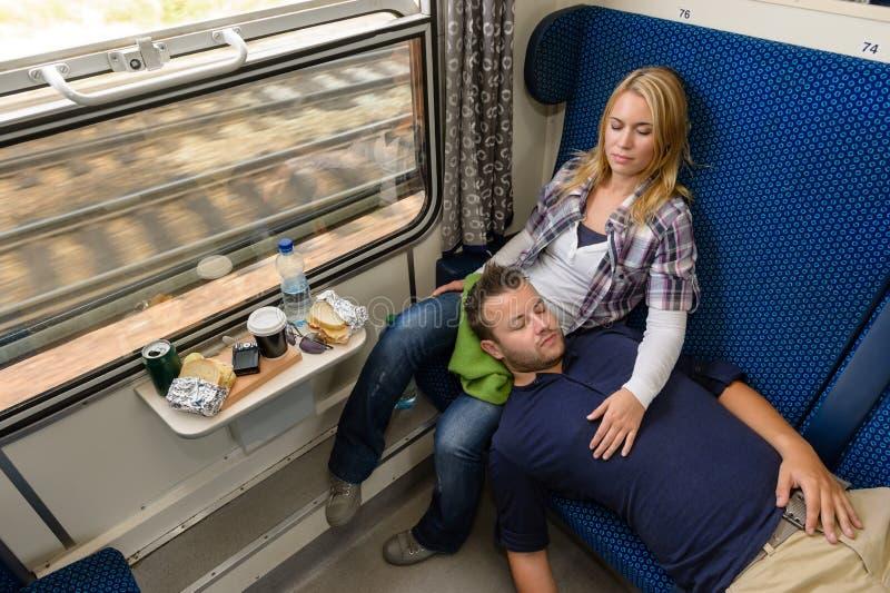Coppie che dormono mentre viaggiando con il treno stanco immagini stock libere da diritti