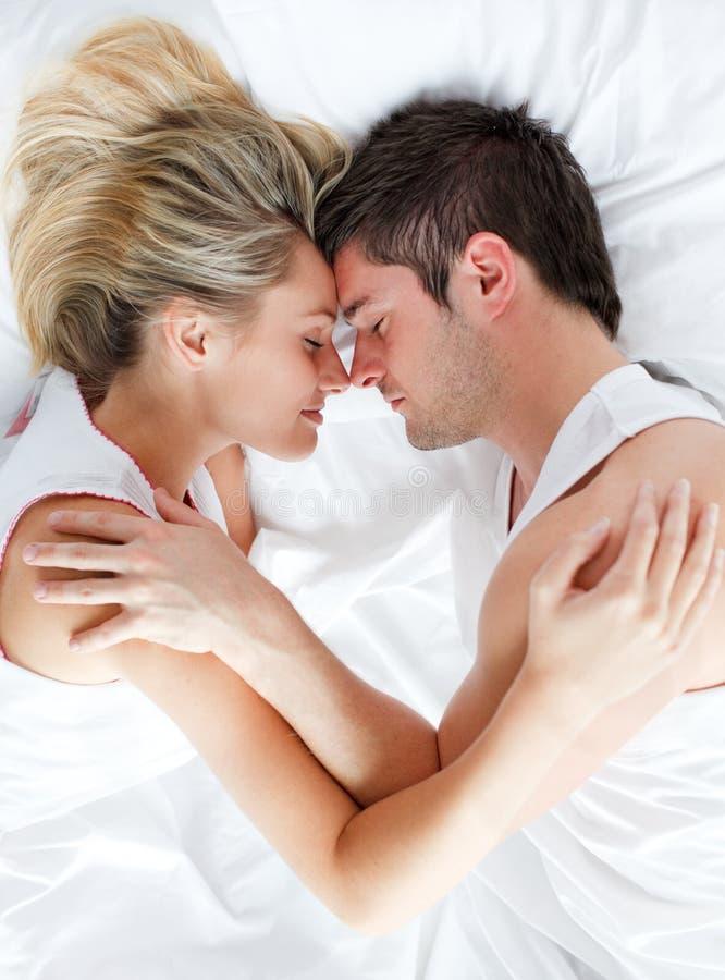 Coppie che dormono nella base fotografia stock