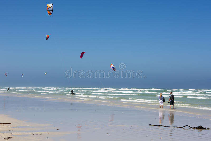 Coppie che esaminano kiteboarding fotografia stock