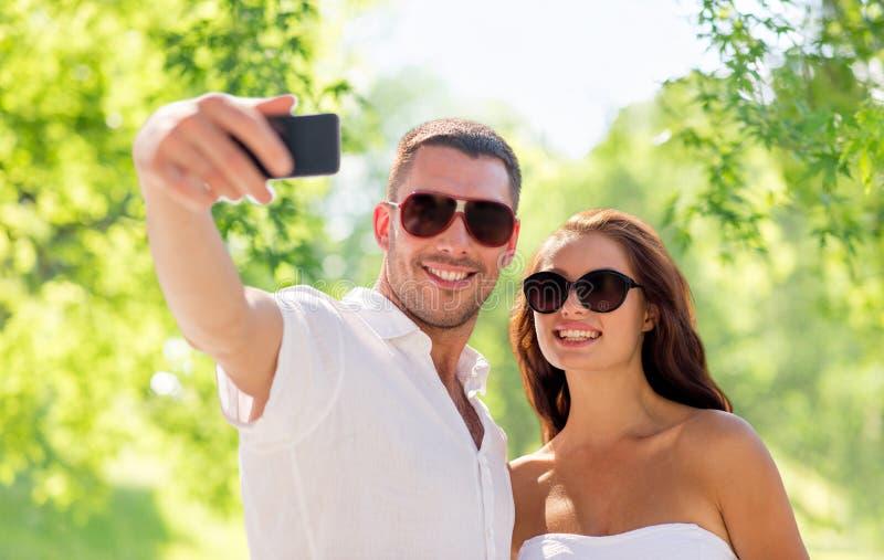 Coppie che fanno selfie sopra sfondo naturale fotografia stock libera da diritti