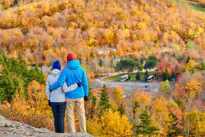 Coppie che fanno un'escursione al bluff dell'artista in autunno immagini stock