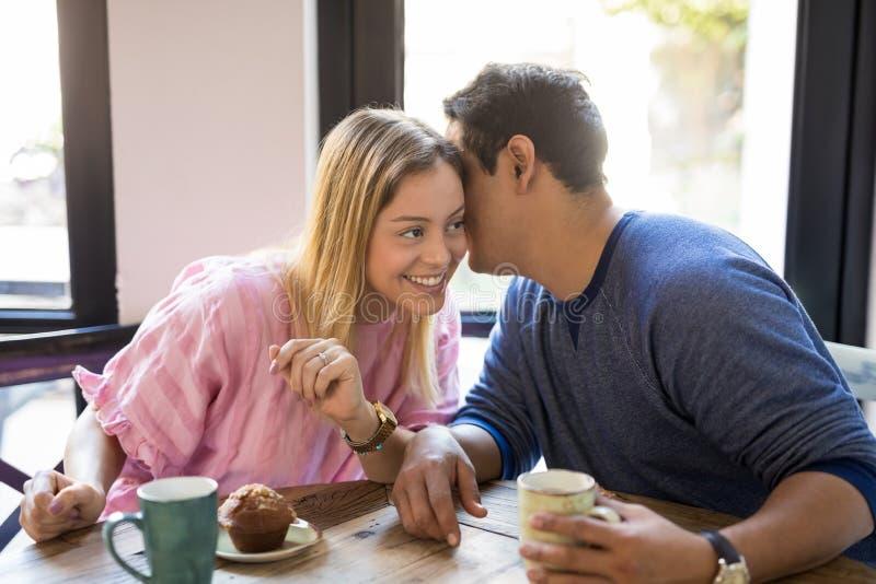 Coppie che flirtano in un ristorante fotografia stock